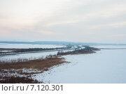 Зимняя дорога, уходящая за горизонт в даль (2015 год). Стоковое фото, фотограф needadventures / Фотобанк Лори