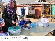 Купить «Прихожане на освящении куличей и яиц в канун Пасхи», эксклюзивное фото № 7120849, снято 19 апреля 2014 г. (c) Алёшина Оксана / Фотобанк Лори