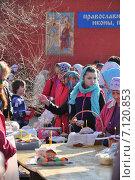 Купить «Прихожане на освящении куличей и яиц в канун Пасхи», эксклюзивное фото № 7120853, снято 19 апреля 2014 г. (c) Алёшина Оксана / Фотобанк Лори