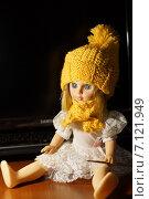 Купить «Кукла с жёлтой шапкой и шарфом», фото № 7121949, снято 4 марта 2015 г. (c) Александр Толстоухов / Фотобанк Лори