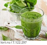 Купить «spinach smoothie in a glass on wooden background», фото № 7122297, снято 16 февраля 2015 г. (c) Tatjana Baibakova / Фотобанк Лори