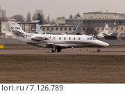 Бизнес самолёт Cessna Citation Excel 560XLS готовится ко взлету. Стоковое фото, фотограф Артур Буйбаров / Фотобанк Лори