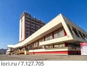 Купить «Современное здание железнодорожного вокзала в городе Липецке на фоне голубого неба. Россия», фото № 7127705, снято 18 сентября 2014 г. (c) Сергей Лаврентьев / Фотобанк Лори