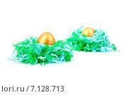 Пасхальные яйца в гнезде из бумаги на белом фоне. Стоковое фото, фотограф Владимир Ходатаев / Фотобанк Лори