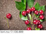 Ветка с ягодами вишни на деревянной поверхности. Стоковое фото, фотограф Светлана Витковская / Фотобанк Лори