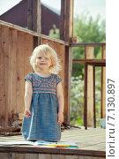 Белокурая девочка рисует на крыльце загородного дома. Стоковое фото, фотограф Светлана Витковская / Фотобанк Лори