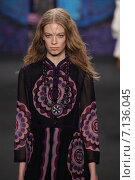NEW YORK, NY - FEBRUARY 18: Model Lexi Boling walks the runway at the Anna Sui fashion show during MBFW Fall 2015 at Lincoln Center on February 18, 2015 in NYC. Редакционное фото, фотограф Anton Oparin / Фотобанк Лори