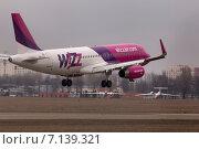 Самолет компании Wizz Air Airbus A320-232 взлетает (2015 год). Редакционное фото, фотограф Артур Буйбаров / Фотобанк Лори