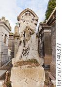 Купить «Могила французского композитора Наполеона Анри Ребера на кладбище Пер-Лашез (Pere Lachaise) в Париже, Франция», фото № 7140377, снято 21 февраля 2015 г. (c) Иван Марчук / Фотобанк Лори