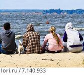 Четверо студентов и собака на берегу моря (2012 год). Редакционное фото, фотограф Мячикова Наталья / Фотобанк Лори