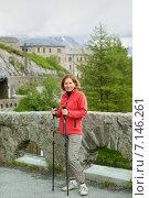 Купить «Спортивная женщина по горной дороге на большой станции Montenvers railway, Франция», фото № 7146261, снято 30 июня 2014 г. (c) Юлия Кузнецова / Фотобанк Лори