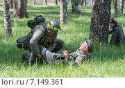 Купить «Солдат немецкой армии перевязывает ногу раненому офицеру. Военно-историческая реконструкция периода Великой Отечественной войны 1945 года», фото № 7149361, снято 24 мая 2014 г. (c) Олег Тыщенко / Фотобанк Лори