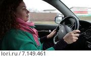 Молодая женщина за рулем. Стоковое видео, видеограф Кекяляйнен Андрей / Фотобанк Лори