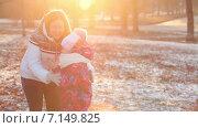 Купить «Мать и дочь в солнечном зимнем парке», видеоролик № 7149825, снято 2 декабря 2014 г. (c) Кекяляйнен Андрей / Фотобанк Лори