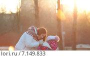 Купить «Мать согревает руки дочке в парке на закате», видеоролик № 7149833, снято 2 декабря 2014 г. (c) Кекяляйнен Андрей / Фотобанк Лори