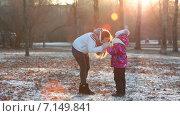 Купить «Женщина греет руки своей дочке в осеннем парке», видеоролик № 7149841, снято 2 декабря 2014 г. (c) Кекяляйнен Андрей / Фотобанк Лори