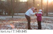 Купить «Мать согревает руки дочке в осеннем парке», видеоролик № 7149845, снято 2 декабря 2014 г. (c) Кекяляйнен Андрей / Фотобанк Лори