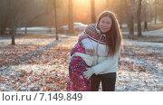 Купить «Женщина и девочка гуляют в осеннем парке», видеоролик № 7149849, снято 2 декабря 2014 г. (c) Кекяляйнен Андрей / Фотобанк Лори