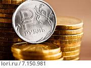 Купить «Монета в один рубль на стопке золотых монет», фото № 7150981, снято 22 января 2015 г. (c) Валерия Потапова / Фотобанк Лори