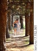 Влюбленные парень и девушка гуляют в лесу. Стоковое фото, фотограф Андрей Новосёлов / Фотобанк Лори