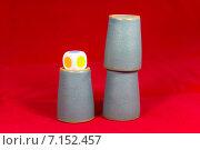 Купить «Игра в наперстки, стаканчики, игральные кубики», фото № 7152457, снято 15 февраля 2015 г. (c) Юрий Сушок / Фотобанк Лори