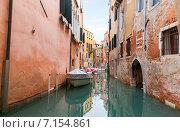 Дома отражаются в спокойных водах узкого венецианского канала. Италия, фото № 7154861, снято 4 ноября 2013 г. (c) Евгений Ткачёв / Фотобанк Лори