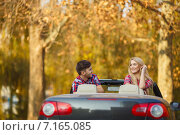 Купить «Loving couple in a black convertible in the autumn park.», фото № 7165085, снято 24 марта 2018 г. (c) Александр Савченко / Фотобанк Лори