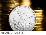 Монета в один китайский юань около стопки золотых монет. Стоковое фото, фотограф Валерия Лузина / Фотобанк Лори