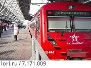 Купить «Аэросэкспресс стоит на железнодорожной станции  Аэропорт», фото № 7171009, снято 24 марта 2015 г. (c) Parmenov Pavel / Фотобанк Лори