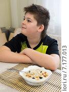 Купить «Мальчик отказывается есть овсянку на завтрак», фото № 7177013, снято 26 марта 2015 г. (c) Володина Ольга / Фотобанк Лори