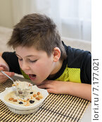 Купить «Мальчик ест овсяную кашу на завтрак дома», фото № 7177021, снято 26 марта 2015 г. (c) Володина Ольга / Фотобанк Лори