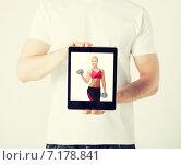 Купить «man with tablet pc and sporty woman», фото № 7178841, снято 21 марта 2013 г. (c) Syda Productions / Фотобанк Лори