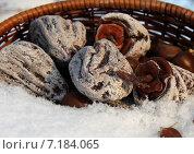 Купить «Хурма вяленая в корзинке на снегу», фото № 7184065, снято 2 января 2013 г. (c) Марина Орлова / Фотобанк Лори