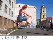 Купить «Художественное граффити на стене дома в Москве - девушка бросает в море бутылку», эксклюзивное фото № 7184113, снято 21 сентября 2014 г. (c) Солодовникова Елена / Фотобанк Лори
