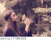 Купить «beautiful witch holding a mushroom», фото № 7189033, снято 11 сентября 2014 г. (c) Майя Крученкова / Фотобанк Лори
