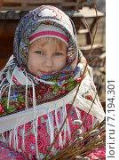Купить «Маленькая девочка в русском платке держит в руках веточки вербы», эксклюзивное фото № 7194301, снято 29 марта 2015 г. (c) Ольга Линевская / Фотобанк Лори