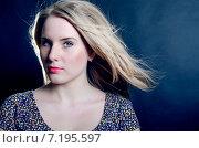Красивая блондинка с развевающимися волосами на темном фоне. Стоковое фото, фотограф Петрова Инна / Фотобанк Лори
