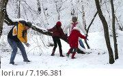 Семья играет снежки в зимнем лесу. Замедленная съёмка. Стоковое видео, видеограф Sanda Stanca / Фотобанк Лори