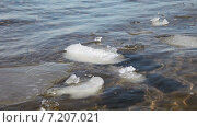 Купить «Мелкие льдины плавают на поверхности воды в солнечный день», видеоролик № 7207021, снято 1 апреля 2015 г. (c) FotograFF / Фотобанк Лори