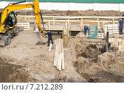 Купить «Вырытый котлован с рабочими и строительной техникой», фото № 7212289, снято 28 марта 2015 г. (c) Parmenov Pavel / Фотобанк Лори