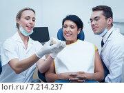 Купить «Dentists showing woman prosthesis teeth», фото № 7214237, снято 16 апреля 2014 г. (c) Wavebreak Media / Фотобанк Лори