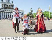 Купить «Семья в костюмах персонажей из популярной компьютерной игры Assassin's Creed на фестивале мыльных пузырей Dreamflash», эксклюзивное фото № 7215153, снято 18 мая 2014 г. (c) Алёшина Оксана / Фотобанк Лори