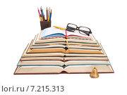 Стопка раскрытых книг, карандаши и солнцезащитные очки на белом фоне. Стоковое фото, фотограф Николай Полищук / Фотобанк Лори