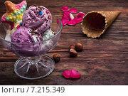 Купить «Фруктовое мороженое в вазочке и вафельный стаканчик», фото № 7215349, снято 3 апреля 2015 г. (c) Николай Лунев / Фотобанк Лори
