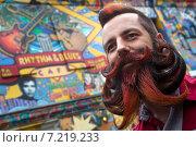 Участник третьего российского чемпионата бород и усов в центре Москвы готовится к выходу к жюри (2015 год). Редакционное фото, фотограф Николай Винокуров / Фотобанк Лори