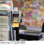 Купить «Устройство для оплаты покупок с помощью карты оплаты», фото № 7220581, снято 1 октября 2014 г. (c) Vladimirs Koskins / Фотобанк Лори