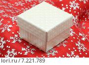 Ювелирная подарочная коробочка на красном новогоднем фоне. Стоковое фото, фотограф yaray / Фотобанк Лори