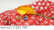 Золотые кольца с камнями, цветок калла. Стоковое фото, фотограф yaray / Фотобанк Лори