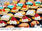 Купить «close-up catering sweets table set», фото № 7223137, снято 5 марта 2015 г. (c) Дмитрий Калиновский / Фотобанк Лори