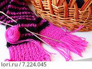 Готовый вязаный шарфик и небольшой клубок ниток. Стоковое фото, фотограф Шуба Виктория / Фотобанк Лори